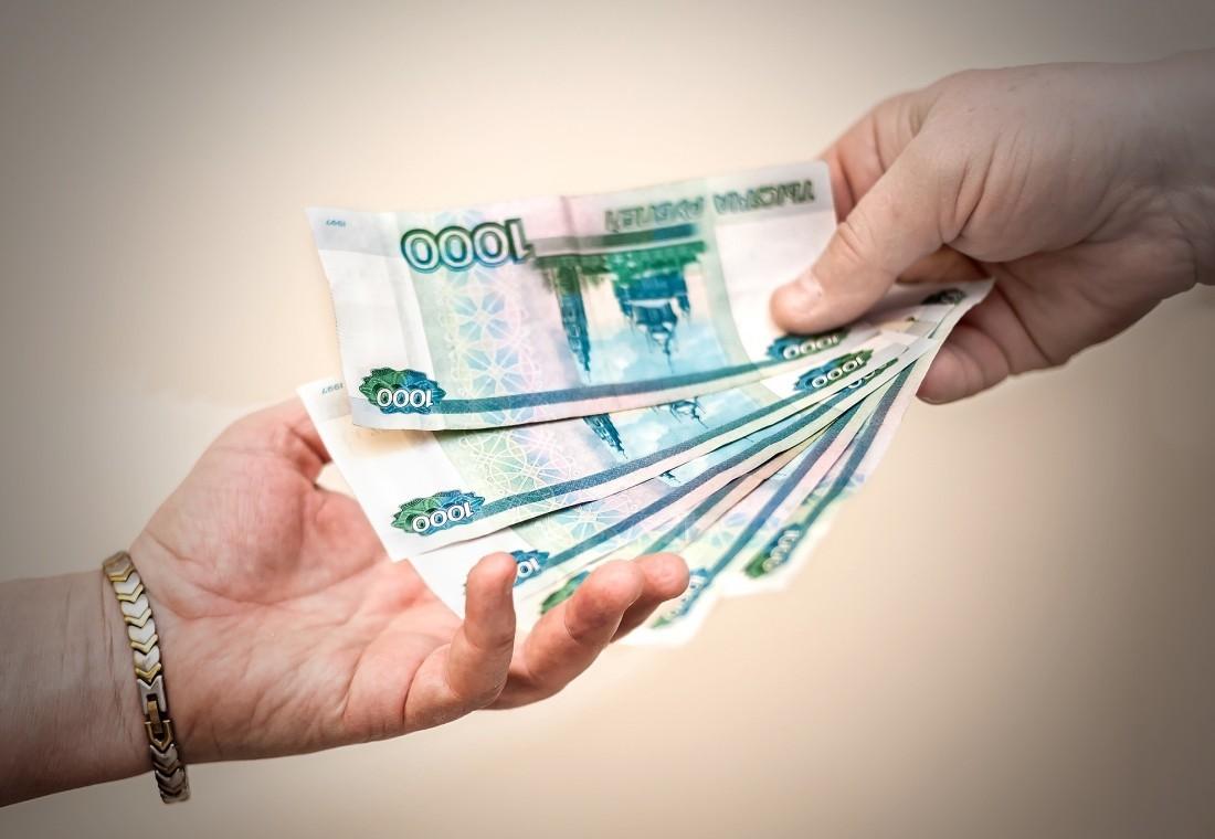 денежные купюры в руке