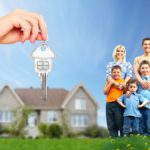молодая семья с детьми, домик и ключи