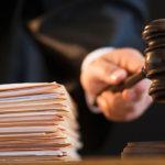 молоток судьи и стопка документов