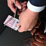 водительское удостоверение режется ножницами