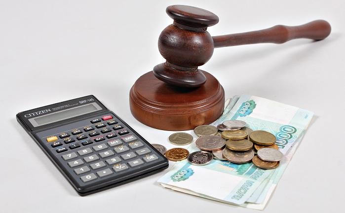 Калькулятор, деньги и судебный молоток