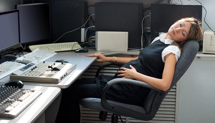 Беременная спит на работе