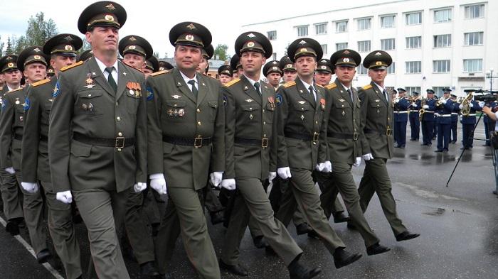 Военнослужащие маршируют