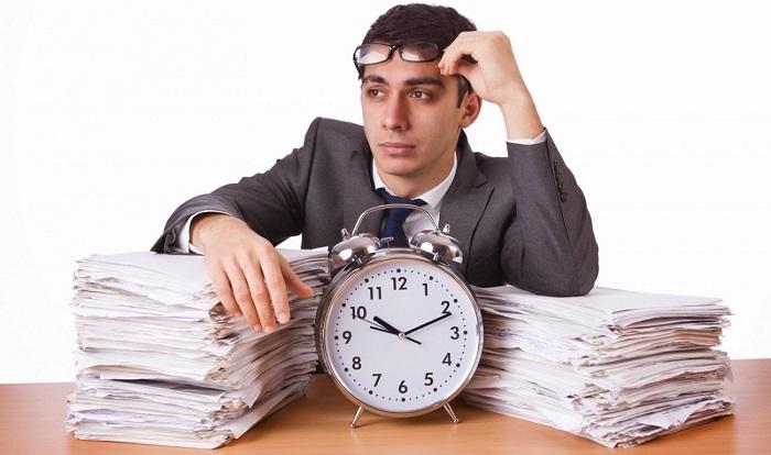 человек ждет конца рабочего дня