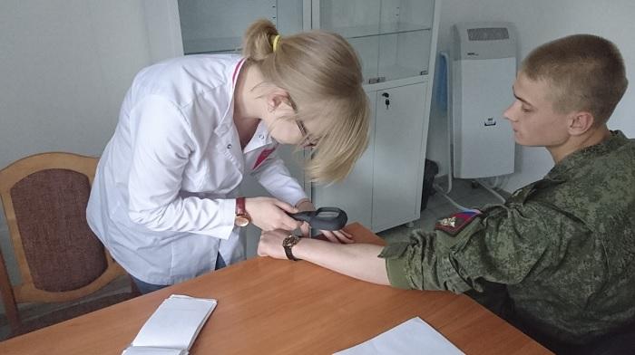 военнослужащий на осмотре у врача