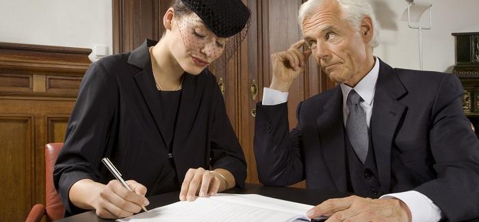 вдова подписывает документ