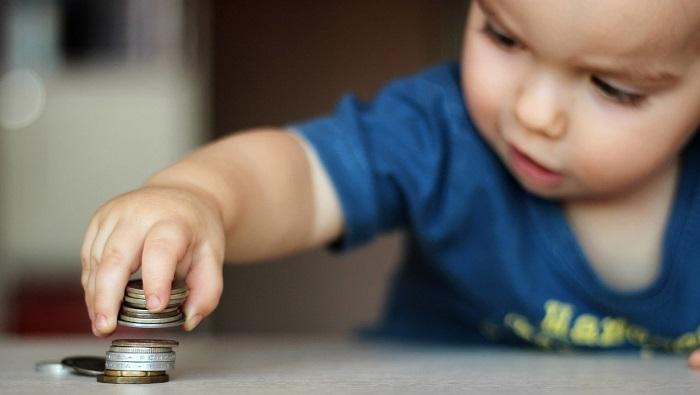 ребенок играет с монетами