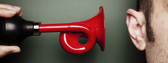 Громкий звук в ухо
