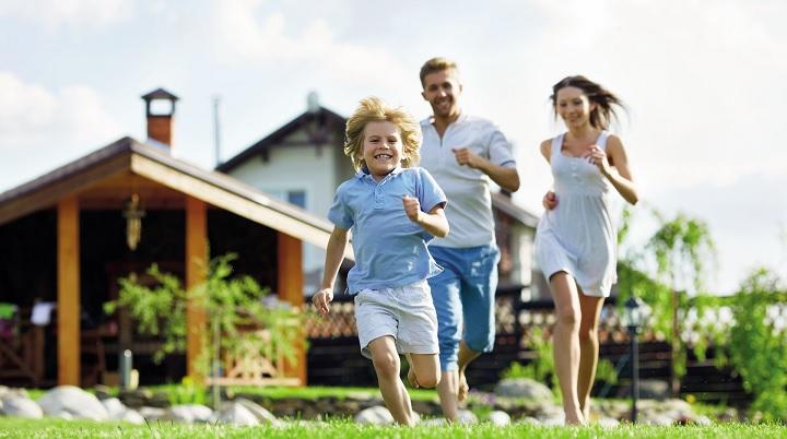 Молодая семья и дом