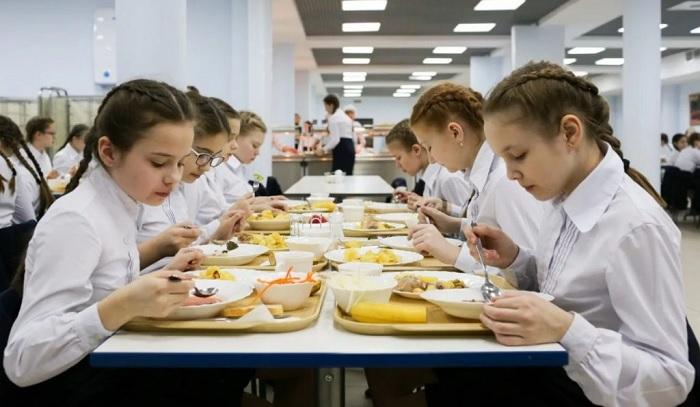 Школьницы кушают в столовой