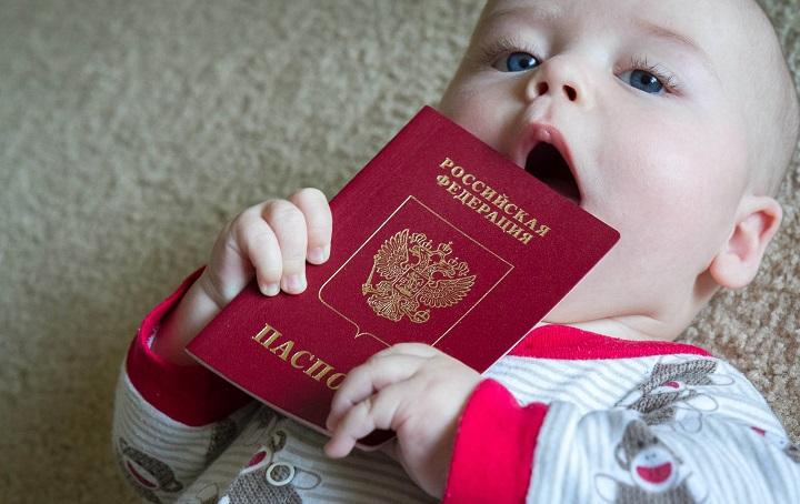 Ребенок сует паспорт в рот