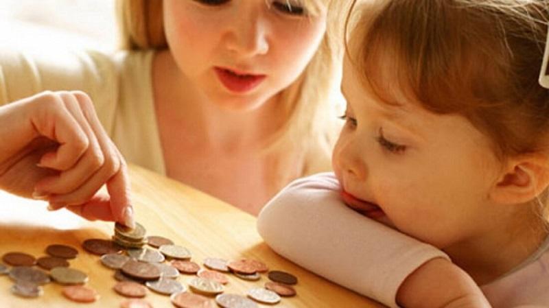 Мама и ребенок считают деньги