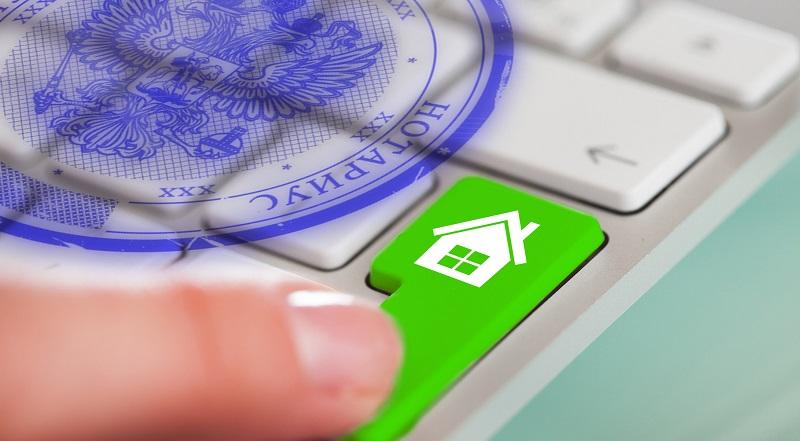 Палец нажимает на зеленую кнопку с пиктограммой дома