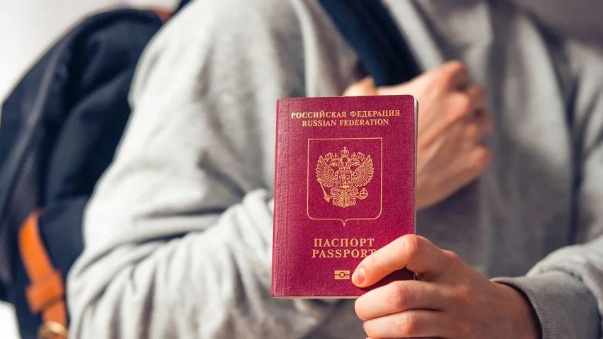 загранспаспорт в руках