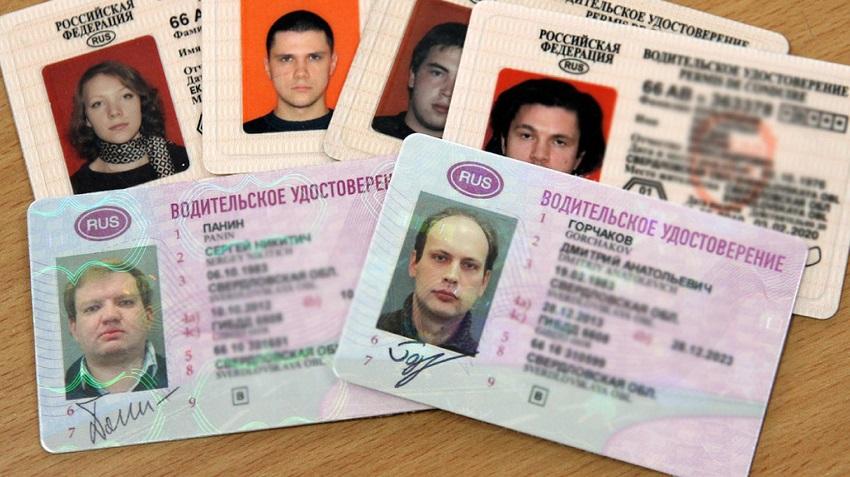 много водительских удостоверений на столе