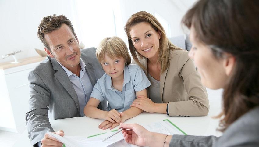 родители подписывают документы